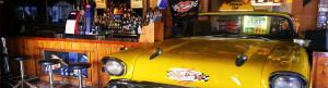 interiror del bar HeartBreak Aguadulce coche amarillo