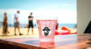 vaso en un bar en la playa