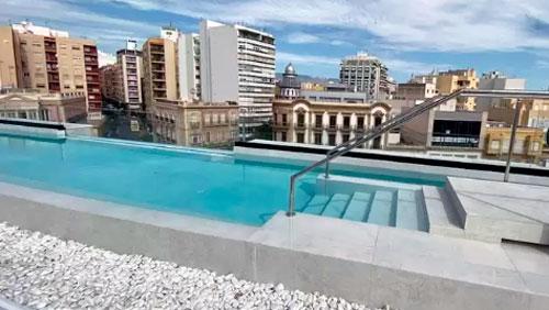 terraza con piscina Apartamentos HO Puerta de Purchena