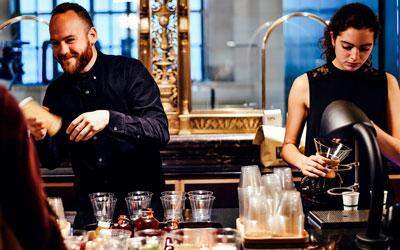 camareros sirviendo bebida
