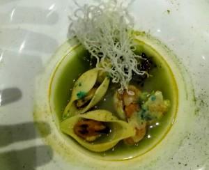 Ceviche de langostinos con conchas y crujiente de pasta