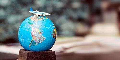 bola del mundo con avión