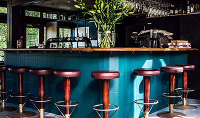 barra de bar con taburetes