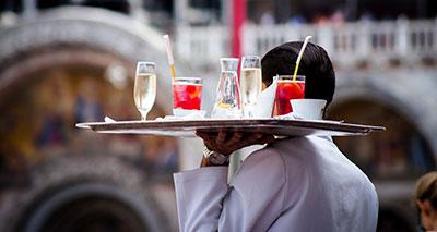 camarero con bandeja con bebidas