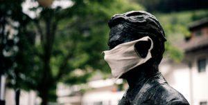 mascarilla en estatua